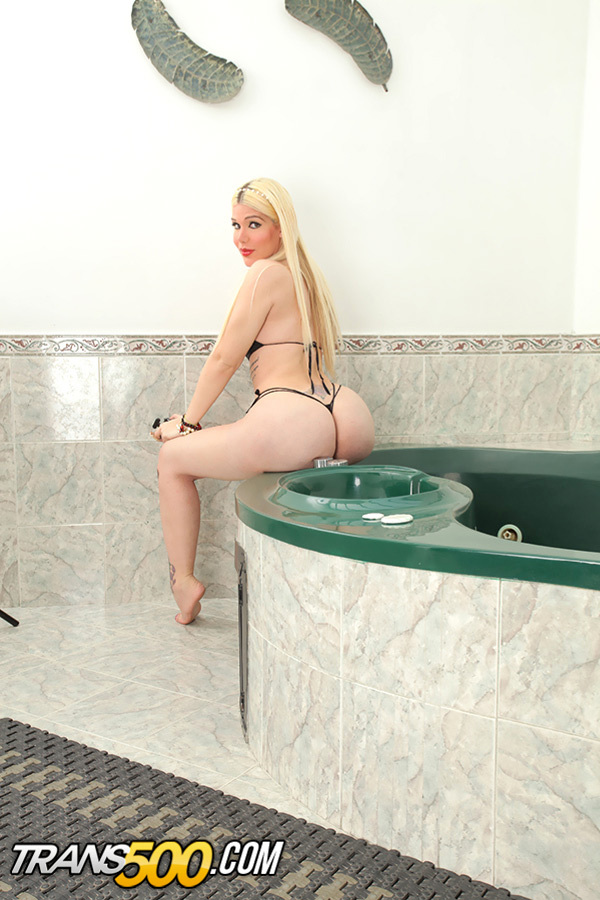 Watch The Titillating Blonde Lexie Beth Go At It With Herself!