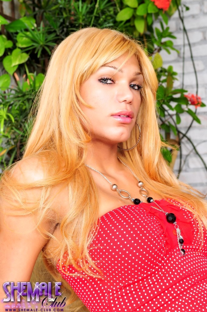 Yummy Mariana Fenix Posing Seductive