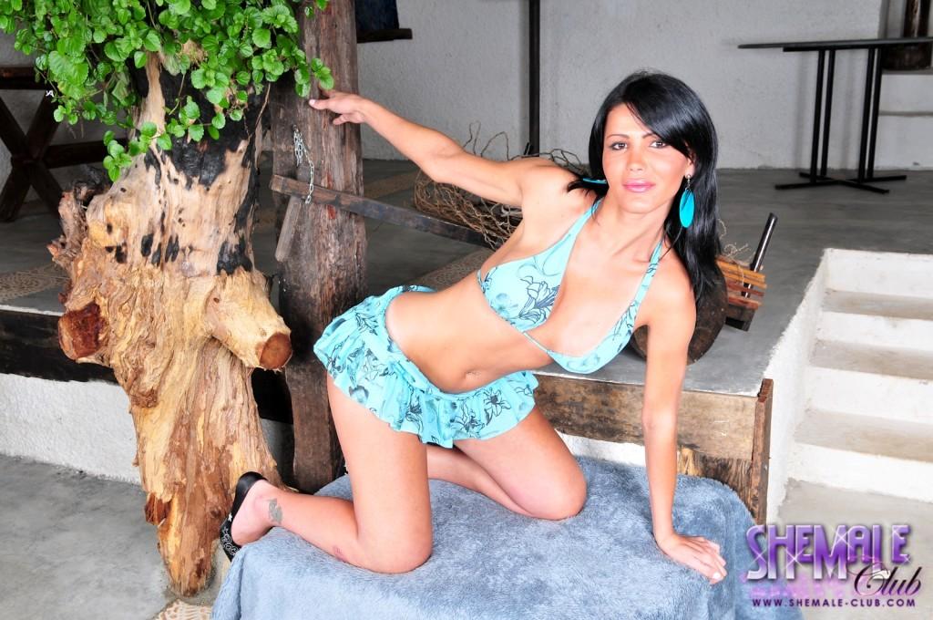 Yummy Renata Mc Layne Exposing Her Steamy Body